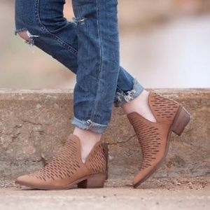 🆕️Steve Madden Arowe Perforated Leather Boots